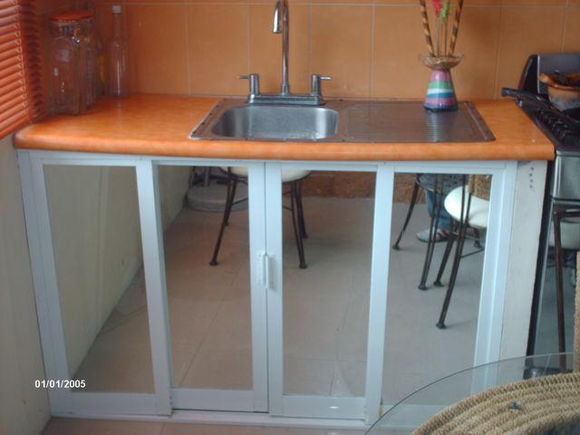 Cocina con puertas de aluminio modernas murillo realty for Cocinas integrales en aluminio